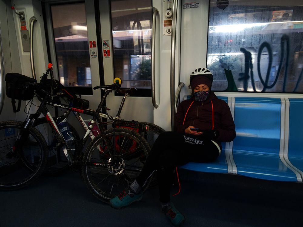 Giorgia Cadinu in treno verso il punto di partenza per il Sentiero Pasolini