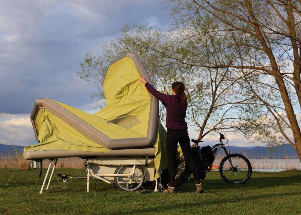 Tenda B Turtle microcaravan da bicicletta in fase di montaggio
