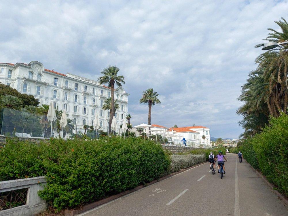 Il grandioso hotel Miramare di Sanremo visto dalla Pista Ciclabile della Riviera dei Fiori