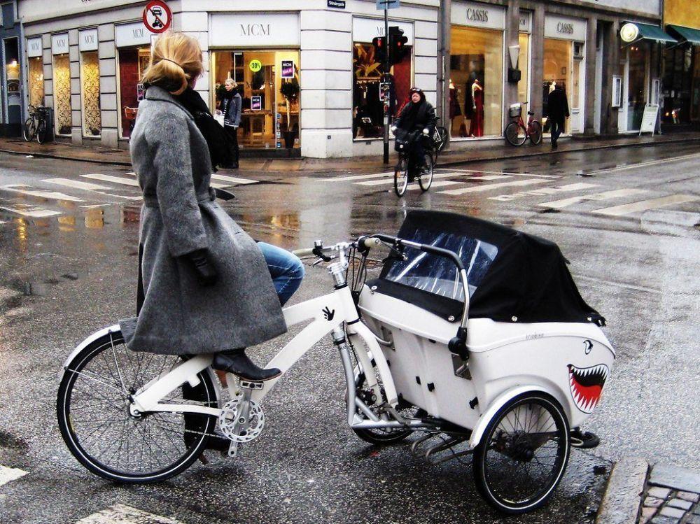 Elegantissima mamma con i tacchi alla guida di una triobike, foto Copenhagen Cycle Chic