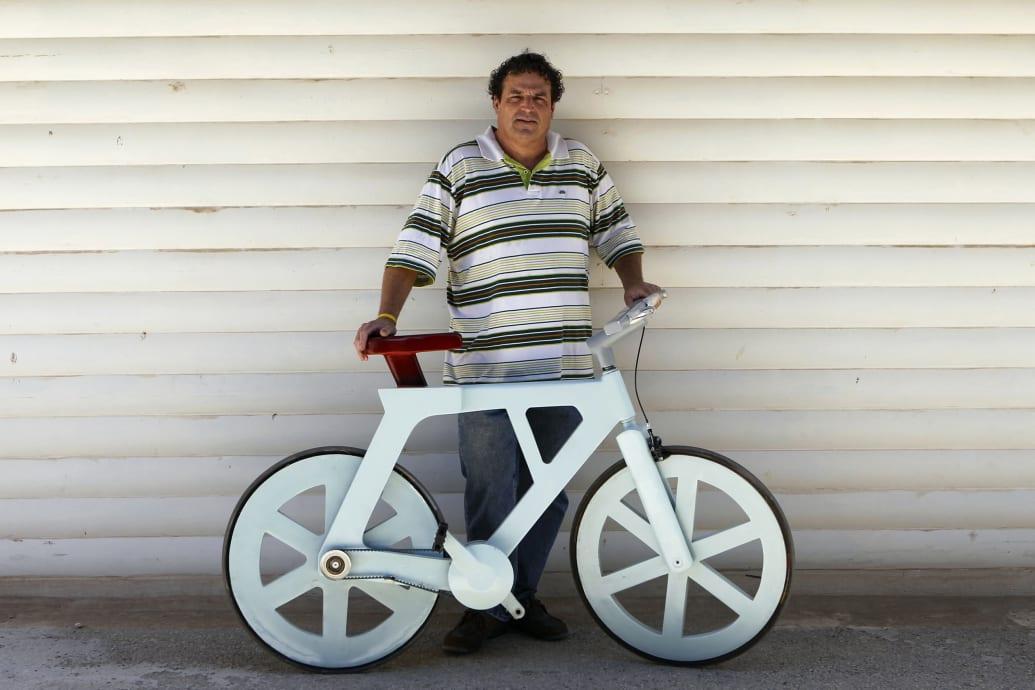 Izhar Gafni con la sua bici di cartone