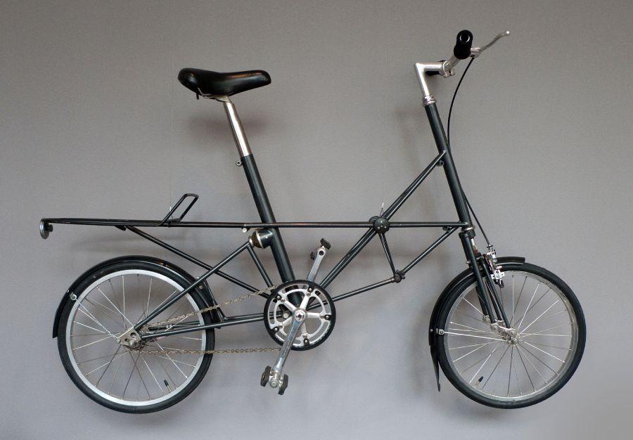 Bicicletta inglese Moulton Stowaway esposta al MoMA di New York